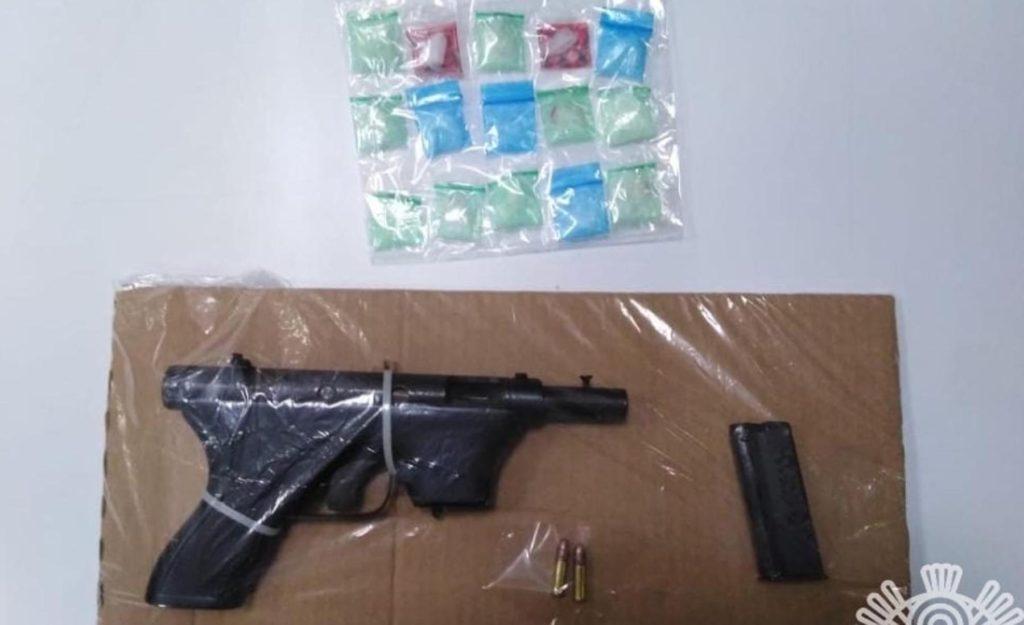 Detiene Policía Estatal a dos personas con aparente droga y portación ilegal de arma