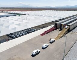 Con más de 70,000 m 2 de mallas antigranizo, Audi México protege sus Audi Q5