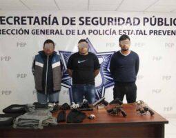 Policías detienen a tres personas por portación de arma de fuego
